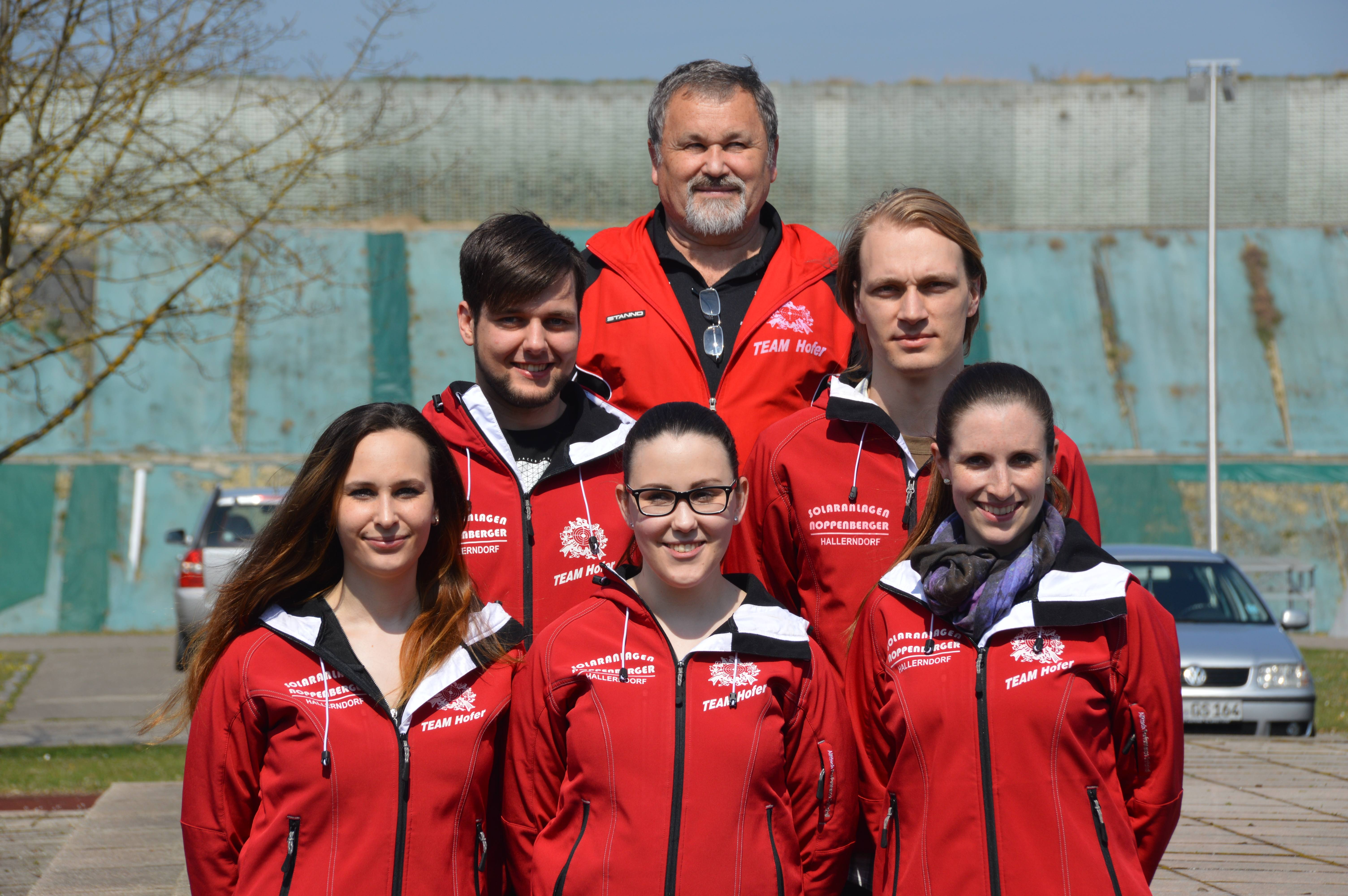 Strahlende Gesichter auf dem Siegerpodest der Olympiaschießanlage  in München-Hochbrück. Von links: Stephanie Friedel, Christian Holland, Lena Friedel, Trainer Peter Friedel, Sebastian Drawert u. Julia Lochau.